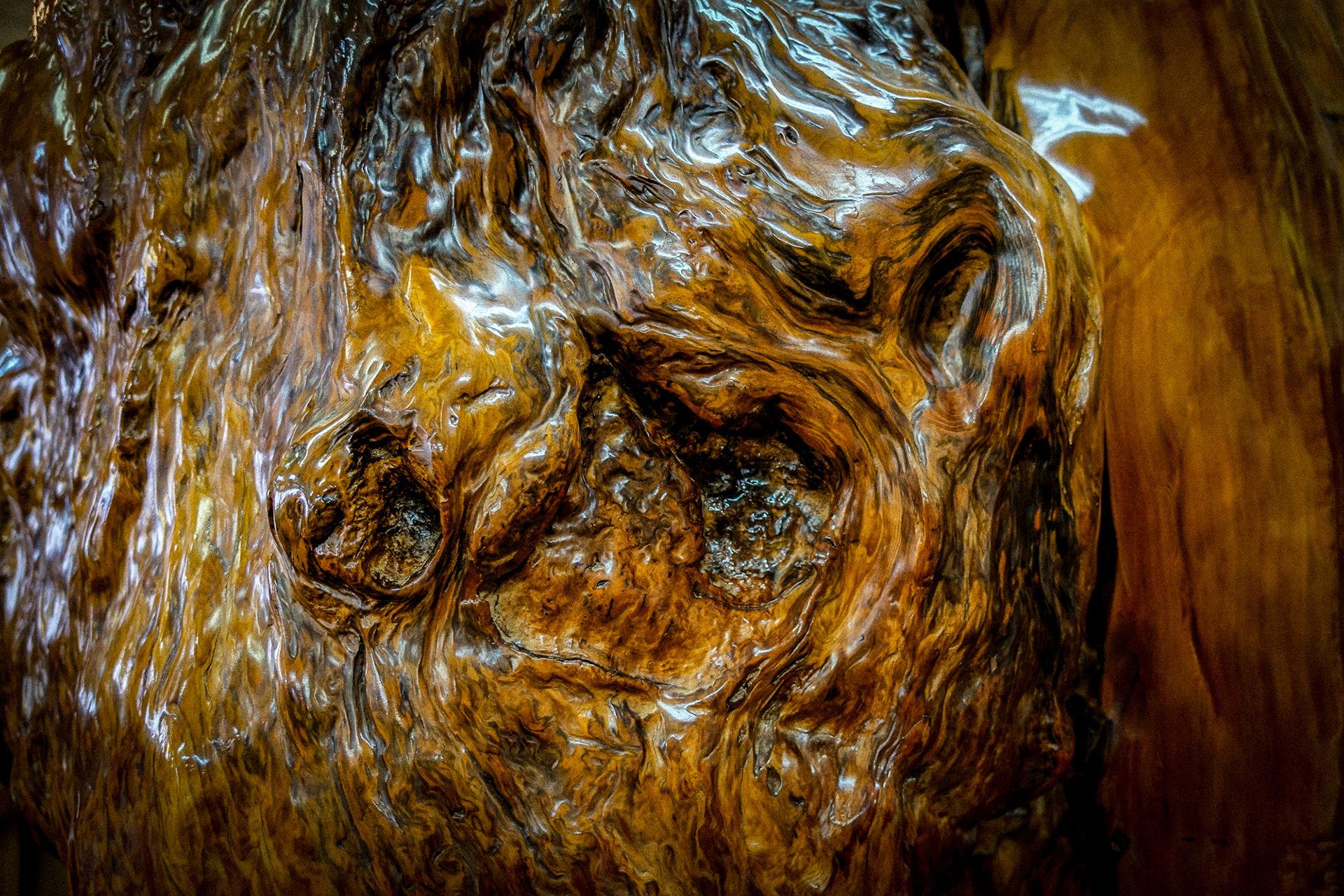 樹齢1000年を超える世界自然遺産屋久島で育った杉をいいます。 伐採するのではなく、台風で倒れた木や土埋木を材料として ひとつひとつ適材適所での木取りをし丁寧に職人の手によって商品として 産まれ変わります。