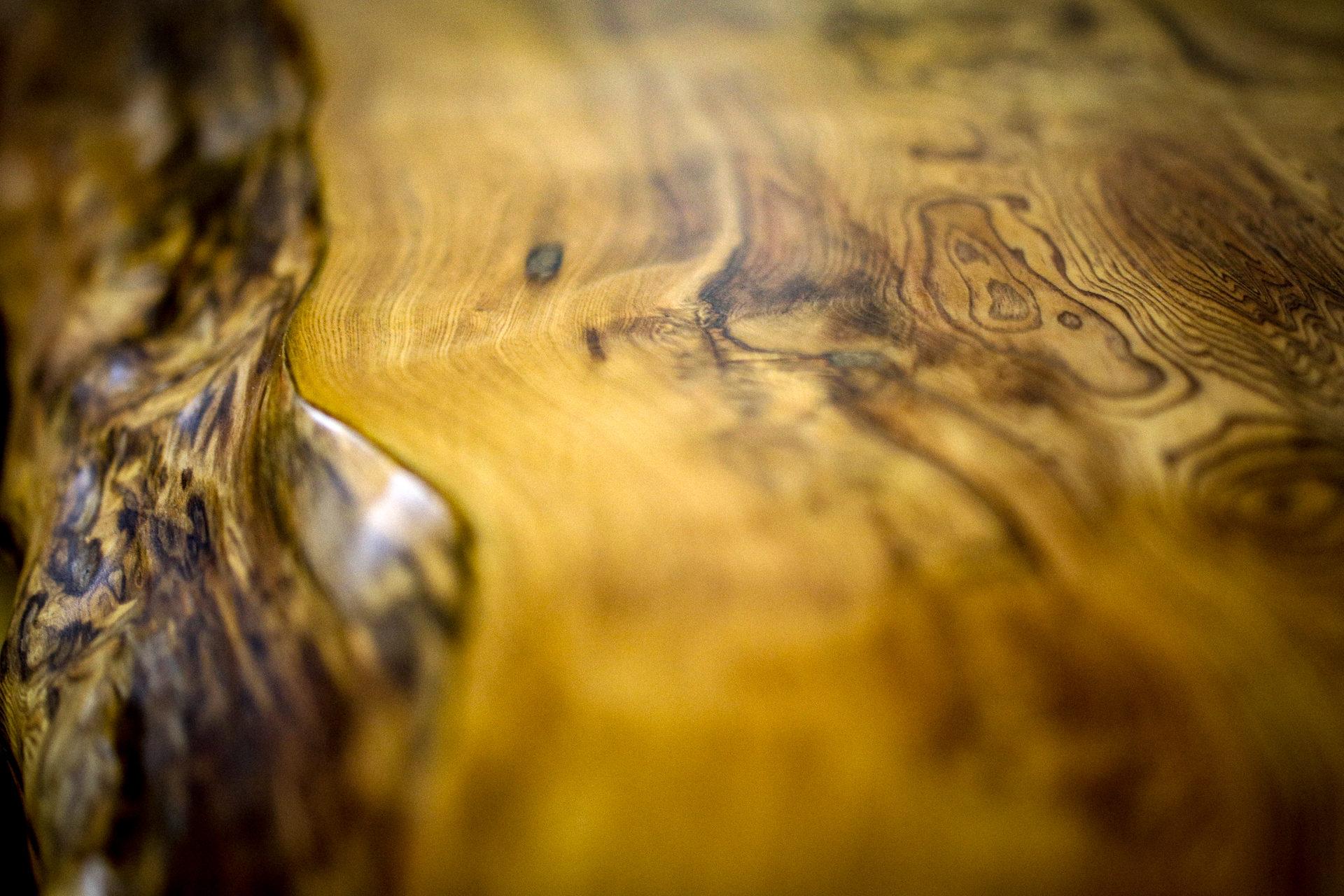 樹齢1000年を超える世界自然遺産屋久島で育った杉をいいます。 伐採するのではなく、台風で倒れた木や土埋木を材料としてひとつひとつ適材適所での木取りをし丁寧に職人の手によって商品として産まれ変わります。